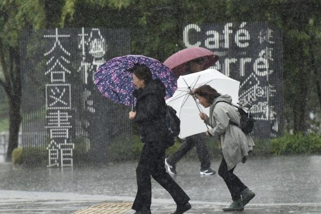 Video: Typhoon Lan Hits Japan With Ferocious Winds 1