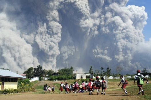 Video: Mount Sinabung suffocates Indonesia in a cloud of ash and gas 1