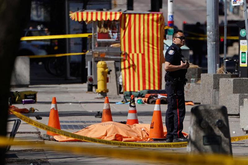 Video: Van mounts pavement killing 9 and injuring 16 in Toronto 1