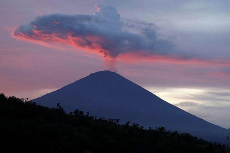 Update: Bali Volcano Billows Ash 1
