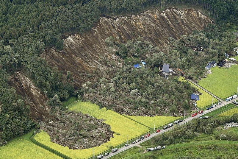 Japan is Shaken By A 6.7 Magnitude Earthquake 1